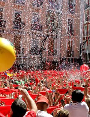 Foto durante el chupinazo en la plaza del ayuntamiento de Pamplona